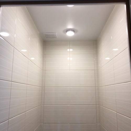 Потолочное освещение в туалете